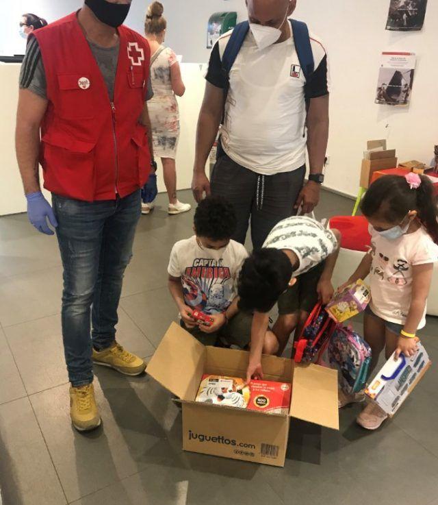donación juguetes banco cooperativo rsi cruz roja seguros rga niños abren caja
