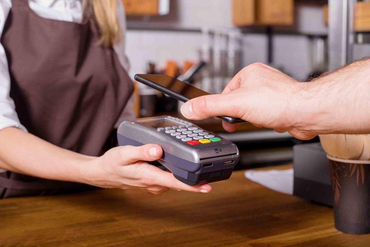 Olvídate de la cartera en verano. ¡Disfruta del pago móvil con Caja Rural!